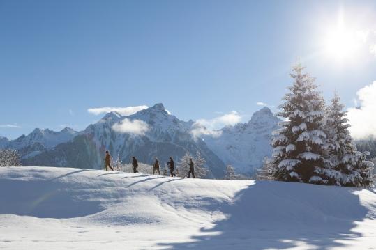 Winterwandern mit Blick auf die Zimba (c) Julia Rotter - Alpenregion Bludenz Tourismus GmbH